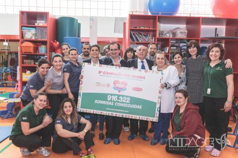 Nipace recibe el cheque solidario de Miguelañez por sus 'Sonrisas Dulces'