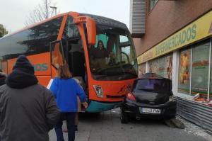 Un autobús choca contra un coche y se empotra en un supermercado en Azuqueca