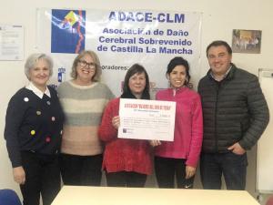 La Asociación 'Mujeres del 2000' de Yebra entrega lo que recaudó en su Mercadillo Solidario a ADACE