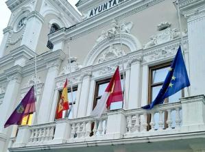 El Ayuntamiento pone sus banderas a media asta por el sufrimiento que está ocasionando el COVID-19