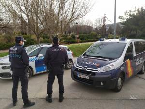 Policía Nacional y Policía Local salvan la vida de una mujer que sufrió un infarto mientras iba al volante