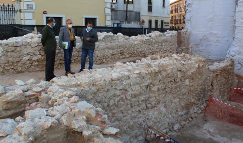 Los restos aparecidos en calle Mayor 47 no corresponden a la muralla medieval ni a la Puerta del Mercado